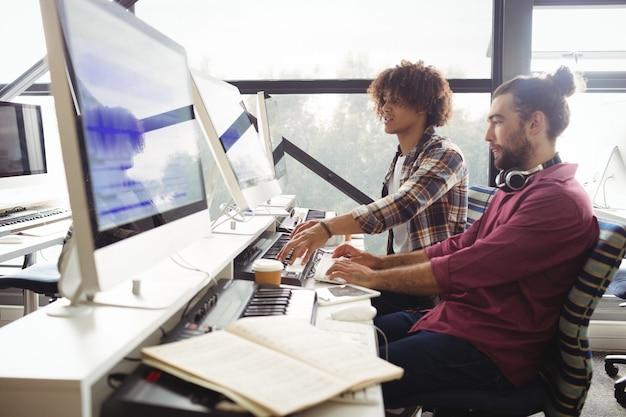 Dois engenheiros de som trabalhando juntos