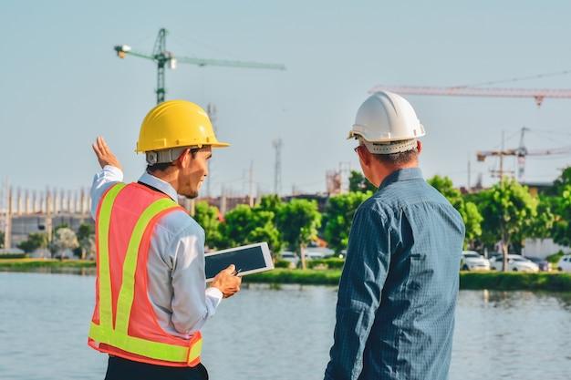 Dois engenheiros falando sobre o projeto do canteiro de obras