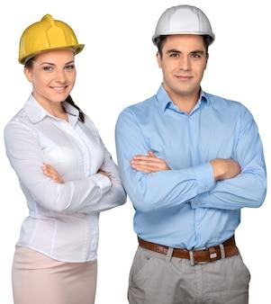 Dois engenheiros trabalhando no capacete no fundo