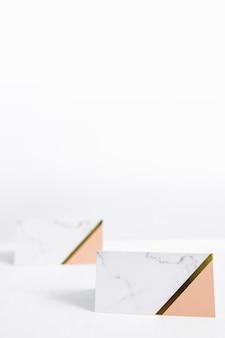 Dois envelopes em branco sobre fundo branco