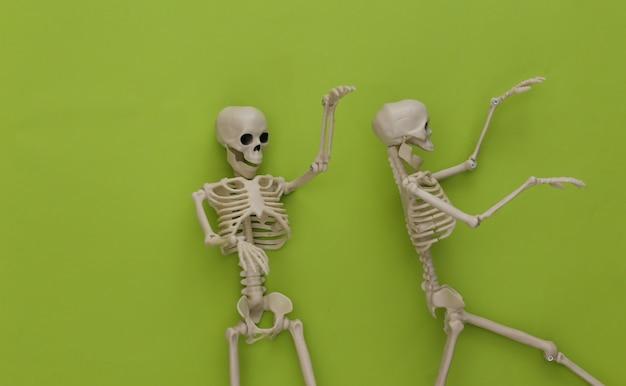 Dois esqueletos em verde. decoração de halloween, tema assustador