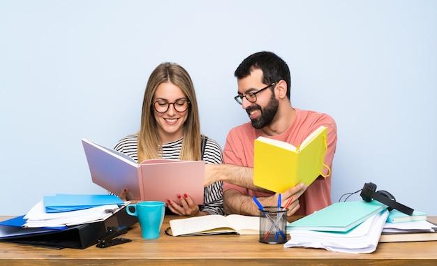 Dois, estudantes, com, muitos, livros