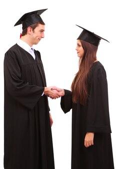 Dois estudantes de graduação felizes em branco