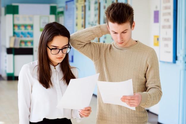 Dois estudantes surpresos e confusos ficam chocados ao obter notas baixas