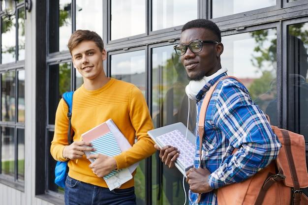Dois estudantes universitários ao ar livre