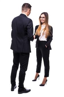 Dois executivos, homem e mulher, em suíte preta no branco