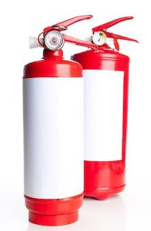 Dois extintor de fogo isolado no fundo branco