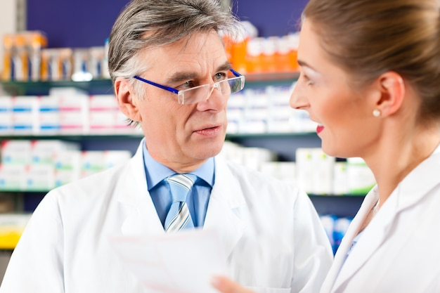 Dois farmacêuticos em consultoria de farmácia