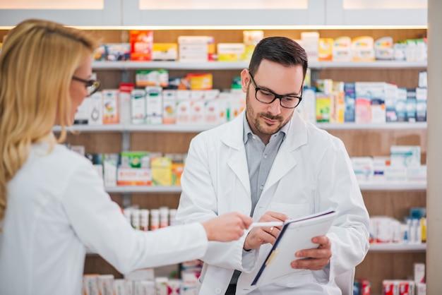 Dois farmacêuticos no trabalho.