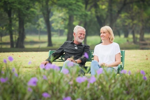 Dois, feliz, seniores, aposentadoria homem, e, mulher, é, sentar, e, conversa parque
