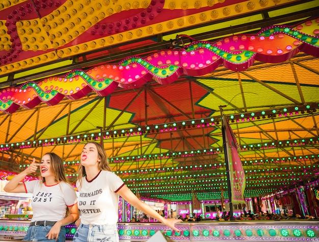 Dois, femininas, amigos, ficar, em, parque divertimento