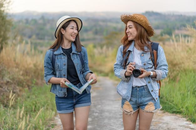 Dois, femininas, turista, com, mochila, em, campo