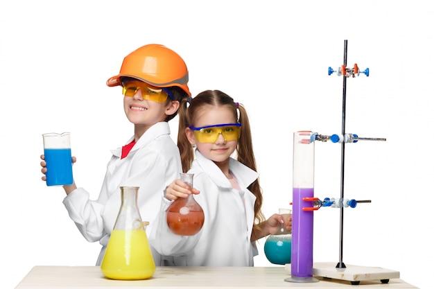 Dois filhos bonitos na aula de química, fazendo experimentos