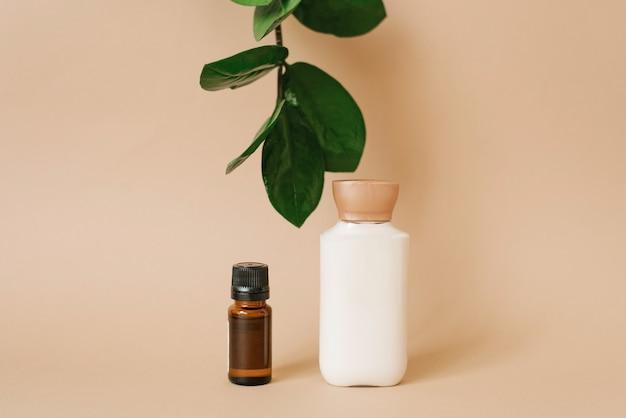 Dois frascos de produtos para o rosto e corpo