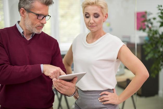 Dois funcionários de escritório conversando sobre negócios