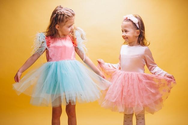 Dois, garotinhas, em, cute, vestido