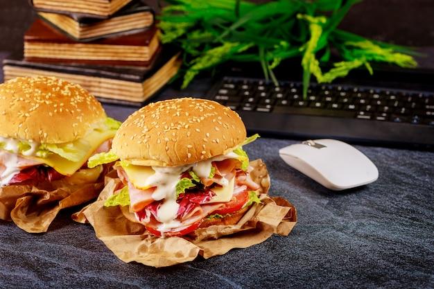 Dois grandes hambúrgueres na mesa de escritório