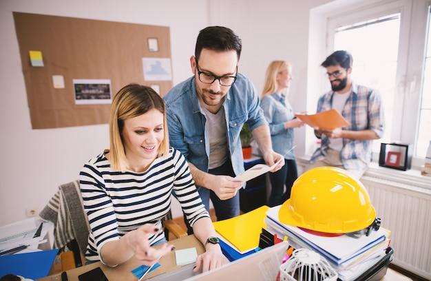 Dois grupos de designers de colegas de trabalho tendo uma consulta no escritório moderno e brilhante