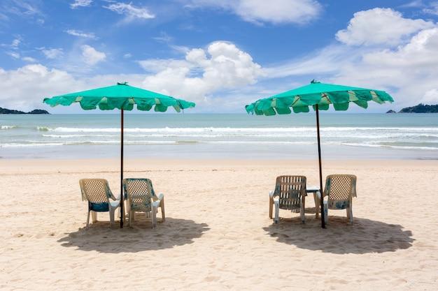 Dois guarda-sóis e cadeiras na praia em um dia ensolarado