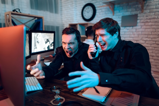 Dois guardas viram algo no monitor e gritaram.