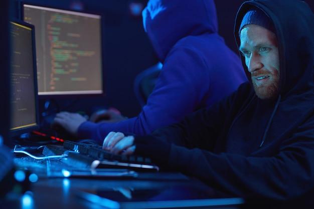 Dois hackers trabalhando em equipe