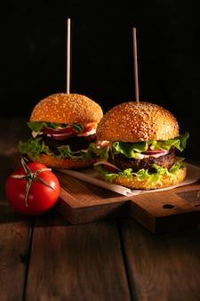 Dois hambúrgueres em uma tábua de madeira