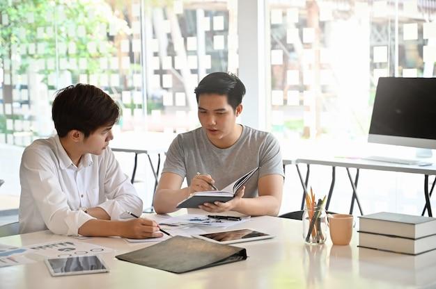 Dois homem consultoria na mesa de escritório.