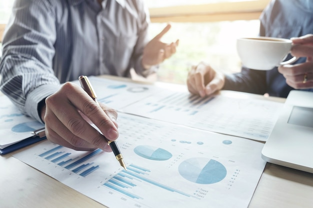 Dois homem de negócios trabalhando investimento financeiro, escrevendo o relatório analisar negócios e mercado