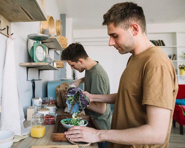 Dois, homem jovem, fazer, café manhã manhã, em, cozinha