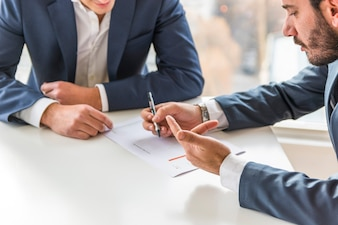 Dois, homem negócios, analisar, companhia, relatório financeiro