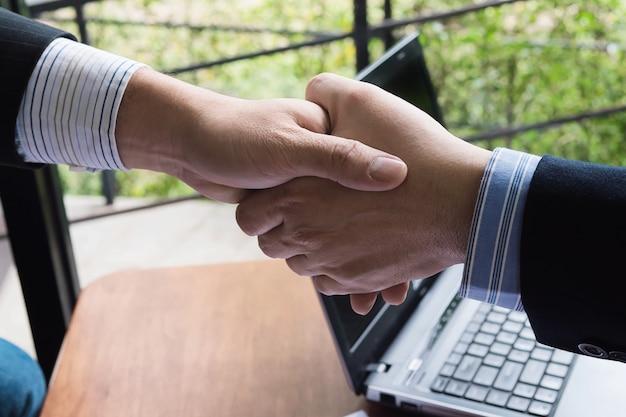 Dois, homem negócios, apertar mão, em, loja café