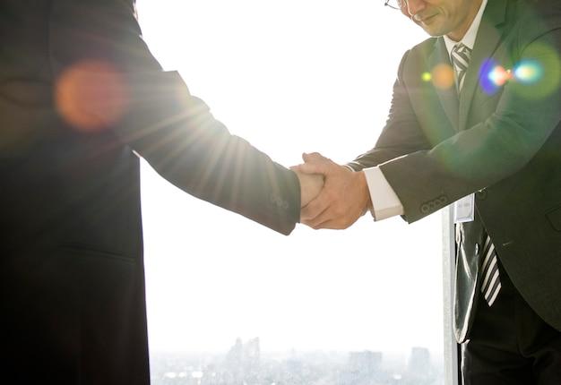 Dois homens, apertando mãos