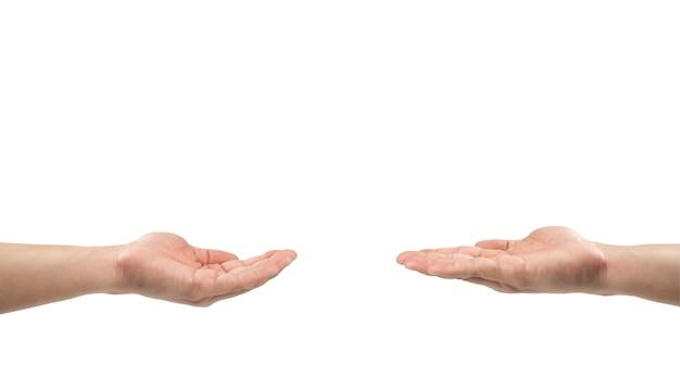 Dois homens asiáticos abrem a mão juntos para compartilhar algo vazio em suas mãos sobre fundo branco. trajeto de recorte