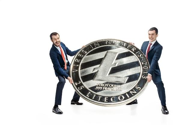 Dois homens casuais segurando um ícone de negócios