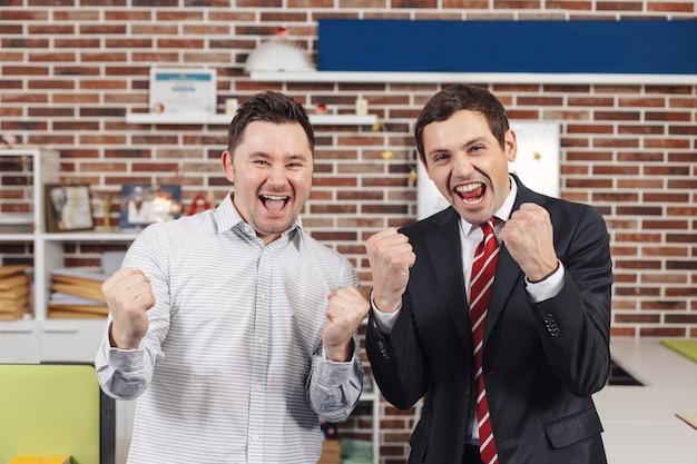 Dois homens completaram a tarefa e triunfaram com as mãos levantadas