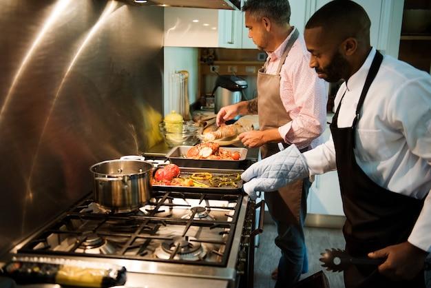 Dois homens, cozinhar, em, um, cozinha