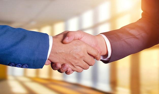 Dois homens de negócios apertando as mãos