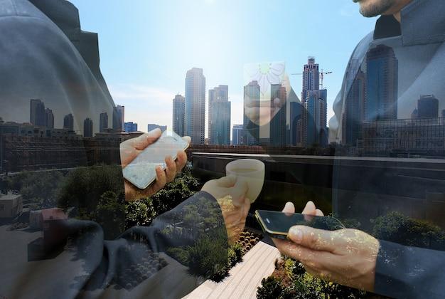 Dois homens de negócios com conceito de reunião de discussão em smartphone