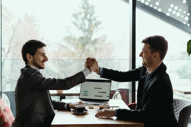 Dois homens de negócios comemorando um acordo