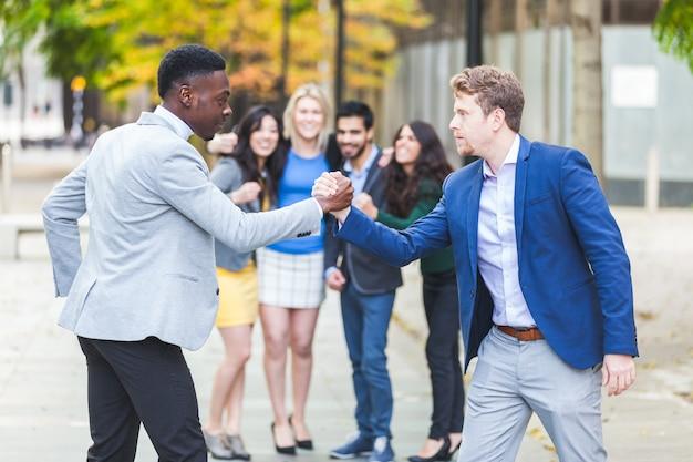 Dois homens de negócios competem no wrestling de braço