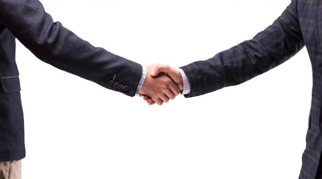 Dois homens de negócios de terno apertam as mãos