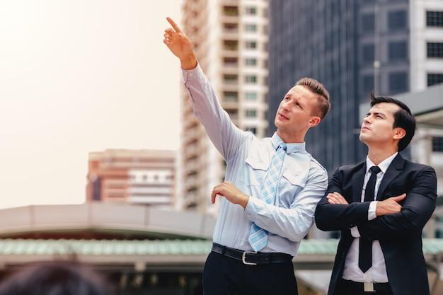 Dois homens de negócios em pé olhando na cidade