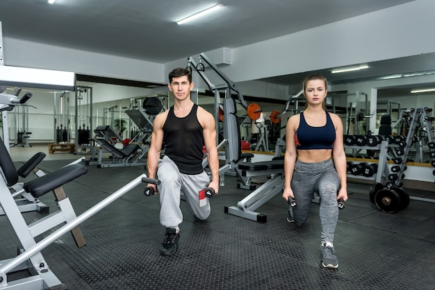 Dois homens e mulheres fazendo exercícios juntos na academia