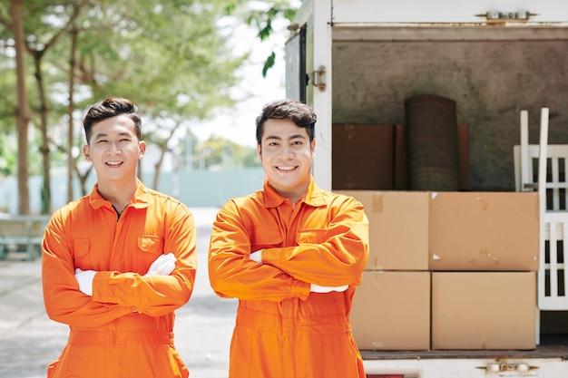 Dois homens em uniforme em movimento