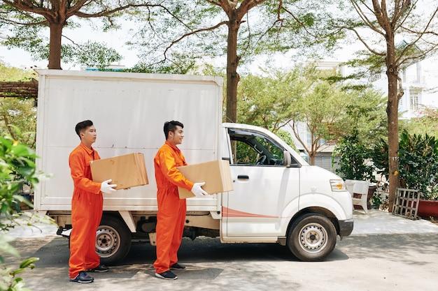 Dois homens entregando caixas