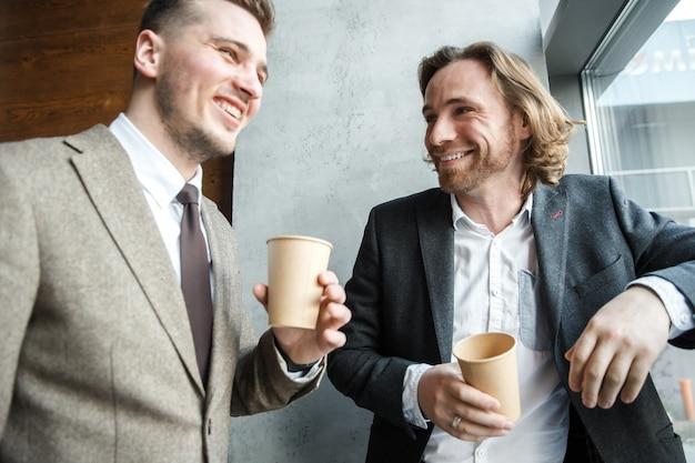 Dois homens estão olhando um para o outro e rindo