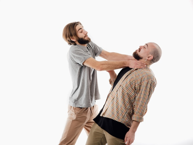 Dois homens mostrando o gesto de asfixia, agressão, assassinato, espaço em branco isolado, cópia espaço, ele tem um dever