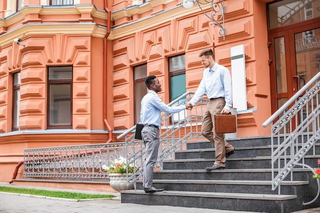 Dois homens negócios apertando mãos