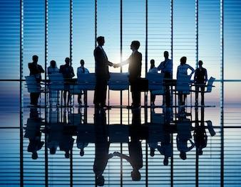 Dois, homens negócios, tendo, junto, theri, colegas