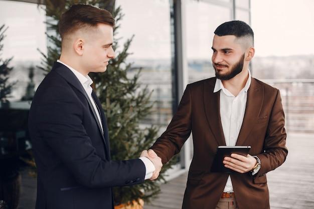 Dois, homens negócios, trabalhando, com, um, tabuleta